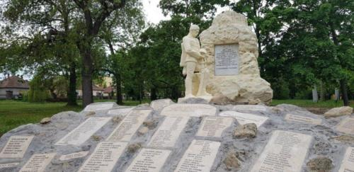 Elkészült az Őrvidék Ház udvarán álló emlékmű huszárszobra